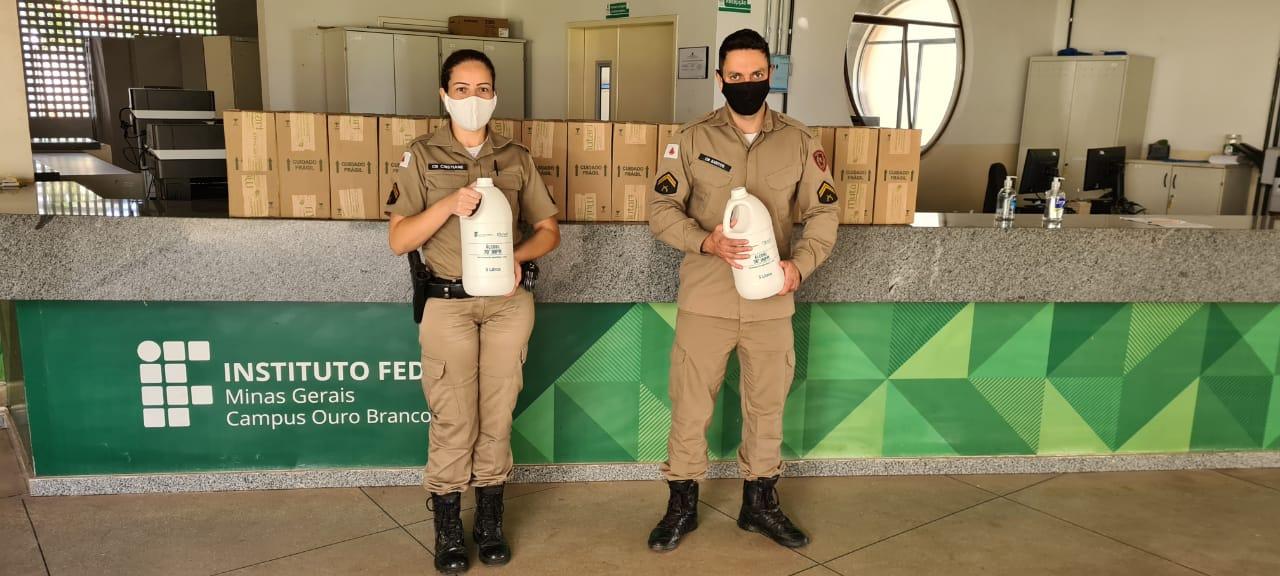 Polícia Militar e Associação dos Catadores de Ouro Branco recebem doação de álcool.