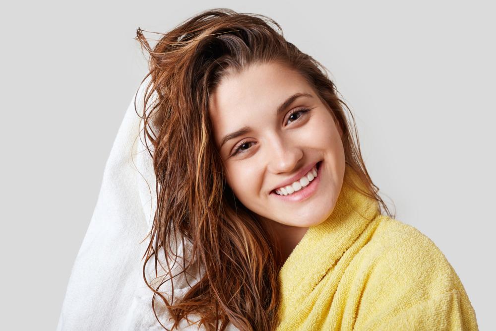 Lavar os cabelos todos os dias: faz mal?