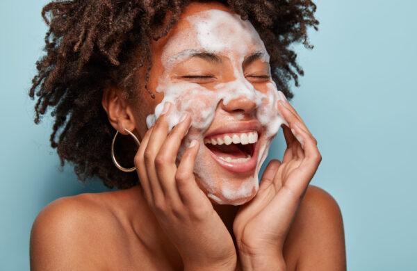 Mulher de pele negra cuidando do rosto.