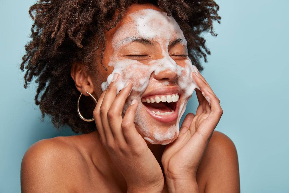 Skincare pele negra: 5 cuidados para uma pele mais saudável