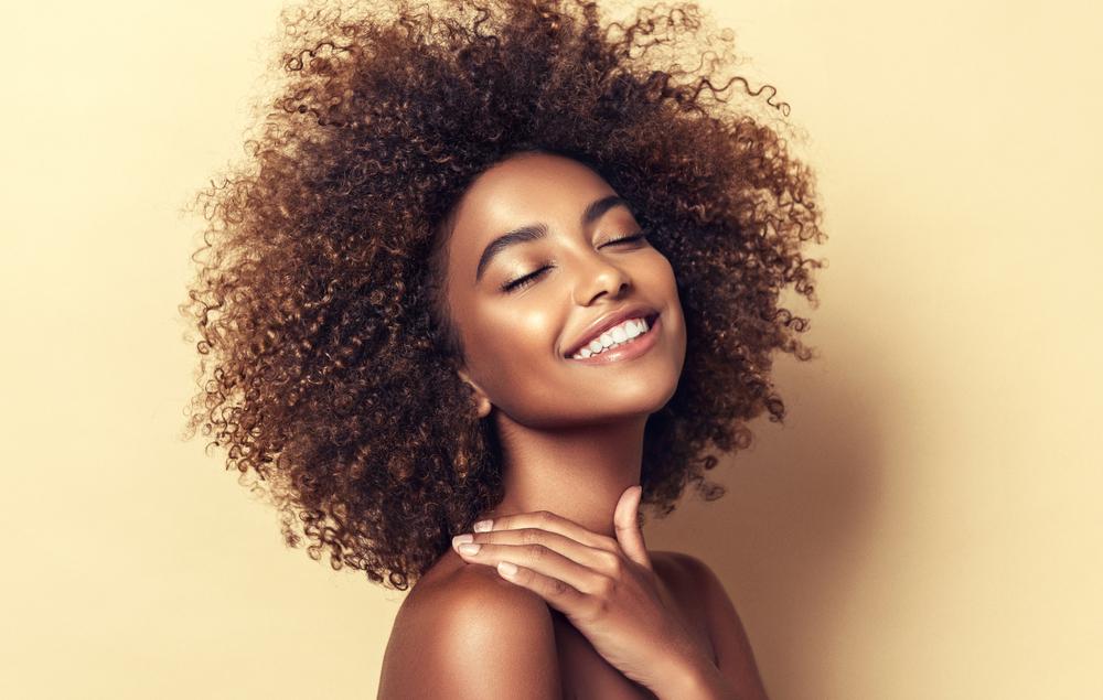 Rotina de cuidados ideal para cabelos crespos e cacheados