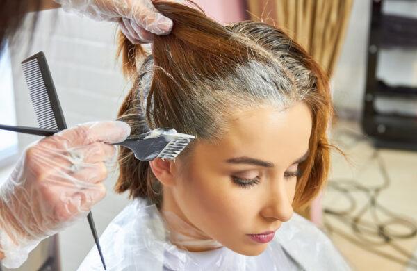 Mulher pintando os cabelos. Na publicação , conheça três cuidados importantes pós-química.